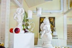 Figurines décorées des anges et des bougies Images stock