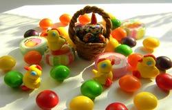 Figurines décoratives des poulets et des sucreries Décoration de Pâques photographie stock libre de droits