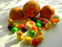 Figurines décoratives des poulets et des sucreries Décoration de Pâques photos libres de droits