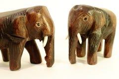 Figurines d'éléphant sur le fond blanc Images libres de droits