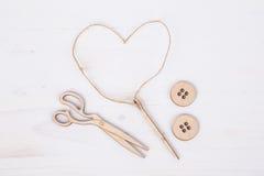 Figurines d'aiguille et de bouton sur la surface en bois Photo stock