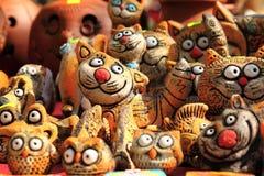 Figurines d'argile des chats drôles Image stock