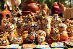 Figurines d'argile des chats drôles Images stock