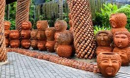 Figurines d'argile en parc Photo stock