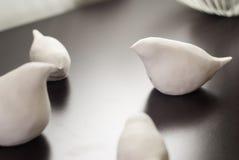 Figurines d'argile sous forme d'oiseaux, Image libre de droits