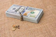 Figurines d'hommes près du paquet du billet de banque de dollar US Photographie stock libre de droits