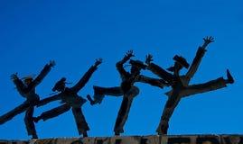 Figurines da dança de encontro ao céu azul fotografia de stock royalty free