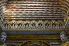 Figurines de Bouddha à l'intérieur du temple Photographie stock
