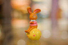 Figurines de lapin de Pâques sur la table Photo libre de droits