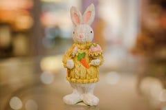 Figurines de lapin de Pâques sur la table Image libre de droits