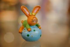 Figurines de lapin de Pâques sur la table Image stock