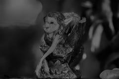 Figurines de porcelaine d'Elf de vintage avec des dommages, fille très avec du charme Photographie stock libre de droits
