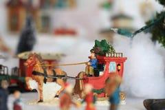 Figurines de village de Noël de cheval et de chariot Images stock