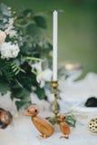 Figurines des canards en bois sur une table Photos stock