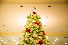Figurines des jeunes mariés sur un gâteau de mariage bébête de gâteau de mariage qui symbolise l'engagement pour aimer Images stock
