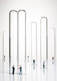 Figurines do negócio e câmaras de ar de teste Foto de Stock Royalty Free
