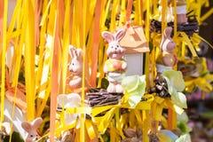 Figurines drôles de lapins de Pâques sur un marché Photos libres de droits