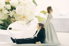Figurines lunáticos do bolo de casamento no branco Fotos de Stock Royalty Free