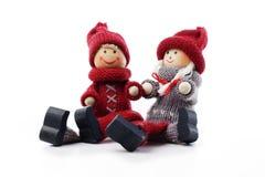 Figurines mignonnes de couples de Noël sur le fond blanc d'isolement de studio Photographie stock libre de droits