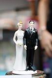 Figurines na górze торта венчания Стоковые Изображения
