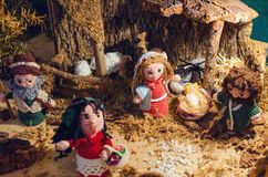 Figurines tricotées dans une scène de nativité images libres de droits