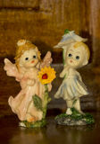 Figurins de la porcelana dos pequeños ángeles Foto de archivo libre de regalías