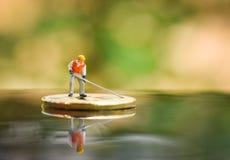 Figurka pracownik Minuje Złotego Bitcoins głębienie na wirtualnym cryptocurrency bitcoin kopalnictwie fotografia royalty free