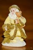 Figurka trzyma troszkę niedźwiadkowy złoty Święty Mikołaj Zdjęcie Royalty Free