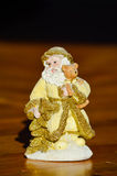 Figurka złoty uśmiechnięty Święty Mikołaj trzyma troszkę niedźwiadkowym Obraz Royalty Free