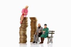 Figurki starość emeryta obsiadanie na ławce, obok młodego wom zdjęcia stock