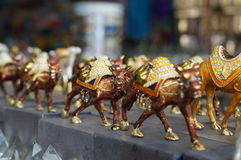 Figurki wielbłądy w suvernirny ławce Obraz Royalty Free