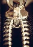 Fijación de la cremallera en la ropa, tiro macro Foto de archivo libre de regalías