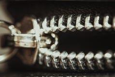 Fijación de la cremallera en la ropa, tiro macro Foto de archivo