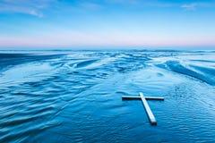 Fijación de la cruz blanca Imagen de archivo libre de regalías