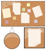Fijación de papel a la cartelera de madera Foto de archivo libre de regalías