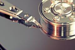 Fijación de un componente de ordenador Imágenes de archivo libres de regalías