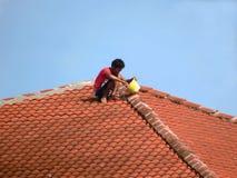 Fijación de un tejado permeable Imágenes de archivo libres de regalías
