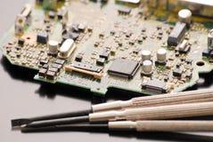 Fijación de una tarjeta de circuitos Foto de archivo