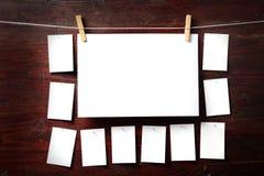Fijación del papel de la foto a rope con los contactos de ropa foto de archivo