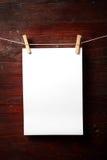 Fijación del papel de la foto a rope con los contactos de ropa imagen de archivo
