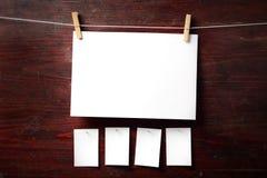 Fijación del papel de la foto a rope con los contactos de ropa fotos de archivo