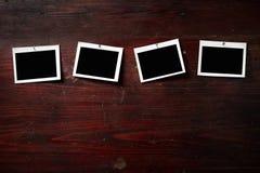 Fijación del papel de la foto a rope con los contactos de ropa Imagenes de archivo