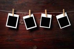 Fijación del papel de la foto a rope con los contactos de ropa imagen de archivo libre de regalías
