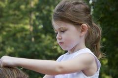 Fijación del pelo de su madre Imágenes de archivo libres de regalías