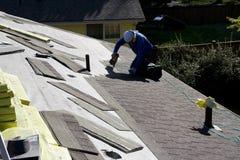 Fijación del Roofer que cubre el nuevo tejado Fotografía de archivo
