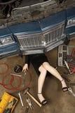 Fijación femenina su coche Fotos de archivo libres de regalías