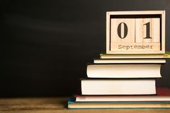 Fijado 1 de septiembre en calendario en fondo negro de la pizarra con las fuentes de escuela De nuevo a concepto de la escuela Fotografía de archivo