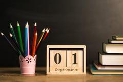Fijado 1 de septiembre en calendario en fondo negro de la pizarra con las fuentes de escuela De nuevo a concepto de la escuela Fotos de archivo