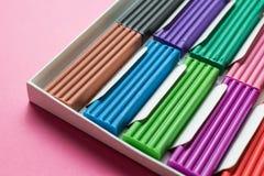 Fijado para la creatividad de los ni?os - plasticine multicolor en un fondo rosado Primer imagen de archivo libre de regalías