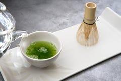 Fijado para preparar té del matcha, fondo gris imágenes de archivo libres de regalías